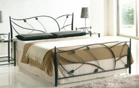 Большая двуспальная кровать с коваными элементами